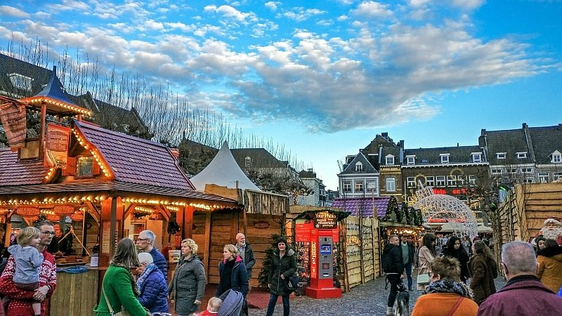 lots of Christmas stalls and people walking around at the Maastricht Christmas market