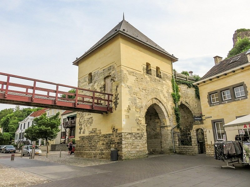 a square tower with a gate underneath and a small bridge, Berkelpoort in Valkenburg